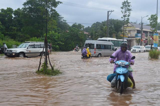 Ngập nặng đã khiến việc đi lại của người dân, khách du lịch gặp nhiều khó khăn. Ảnh: Nguyễn Trung