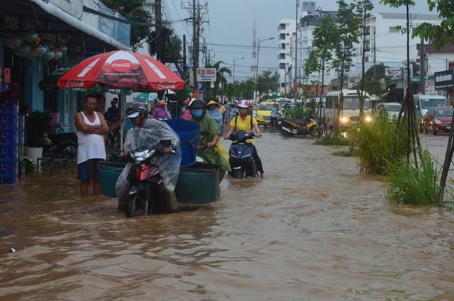 Nhiều xe máy phải chạy lên vỉa hè tránh ngập. Ảnh: Nguyễn Trung