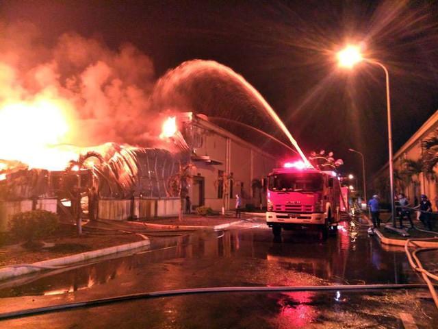 Lực lượng cứu hỏa đang tiến hành dập lửa. Ảnh: H.Việt