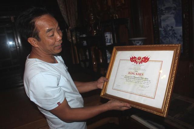 Ông Liên bên bằng khen của Hội đồng Trung ương Liên Hiệp Hội khoa học & Kỹ thuật Việt Nam; Liên hiệp Khoa học Công nghệ tin học ứng dụng UIA. Ảnh: Đ.Tùy