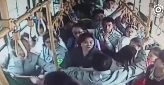 Sờ soạng nữ sinh trên xe buýt, 'yêu râu xanh' bị đưa thẳng đến đồn cảnh sát
