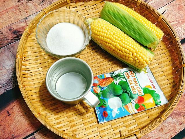 Chuẩn bị nguyên liệu: 1 chiếc bắp Mỹ, 600 ml nước, 6 gram bột rau câu con cá dẻo, đường, khuôn rau câu.
