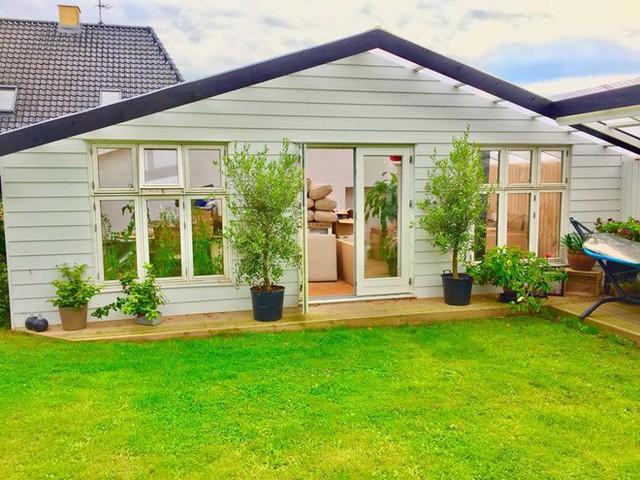 Từ trong nhà có thể nhìn ra khoảng sân vườn đầy nắng và màu xanh của thảm cỏ