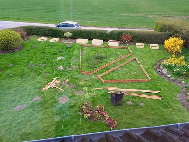 Vườn rau khung gỗ đang được hoàn thiện