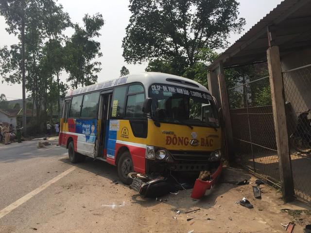 Tai nạn thảm khốc: Xe buýt tông 2 xe máy, 5 người thương vong