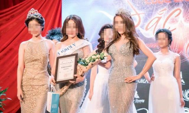 Nguyễn Thị Ngọc (thứ 2, từ trái sang) khi nhận danh hiệu Á khôi 1 tại cuộc thi cuộc chiến sắc đẹp tổ chức tại Hà Nội đầu 2017. Ảnh: Vietnamnet