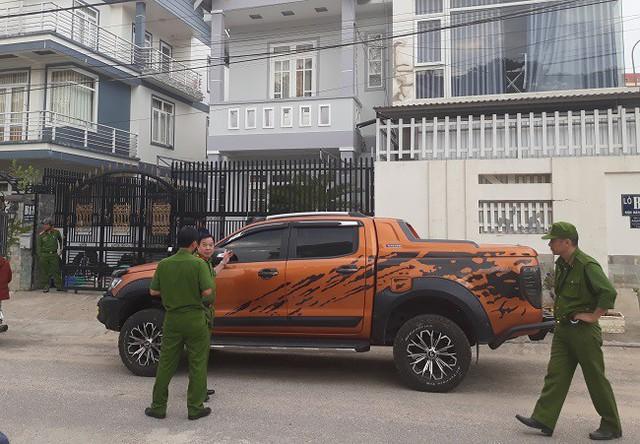 Chiếc xe đậu trước nhà B13 và B14 cũng bị trúng đạn