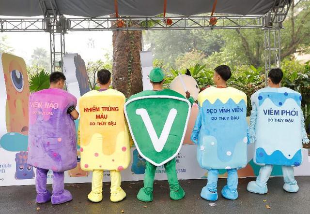 Anh hùng vắc xin (đứng giữa) cùng các mascot biến chứng nguy hiểm của thủy đậu