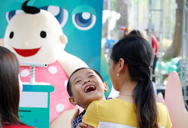 Niềm hạnh phúc khi bé được mẹ bảo vệ an toàn khỏi hiệu ứng domino - chuỗi hệ lụy và các biến chứng nguy hiểm của bệnh thủy đậu