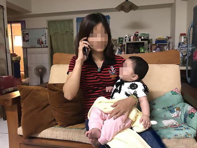 Bảo mẫu vừa xem điện thoại vừa vỗ bình bịch lên ngực bé 8 tháng gây sốc