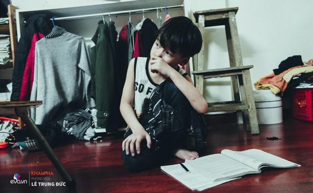 Cháu Minh sống cùng vợ chồng anh đang chăm chỉ làm bài tập.