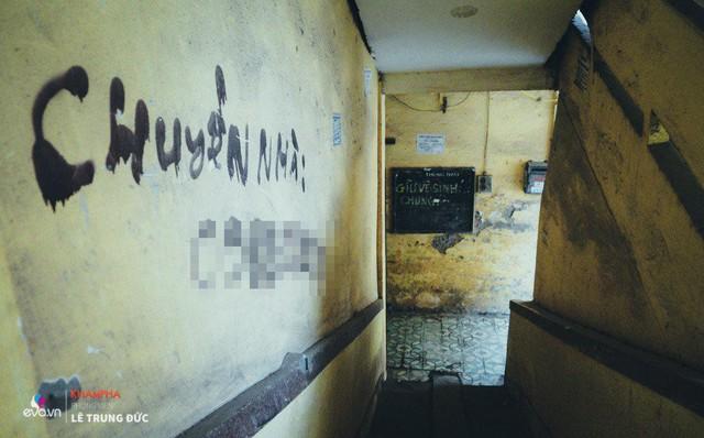 Lối cầu thang, bảng đen một thời quá khứ.