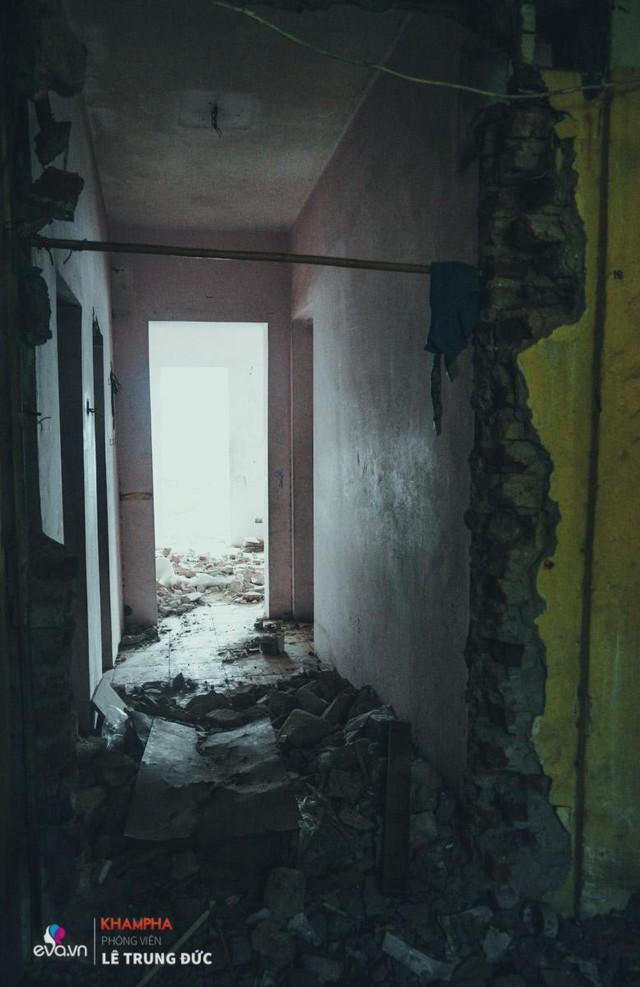 Không gian đổ nát bên trong khiến nhiều người sởn gai ốc khi bước đến.