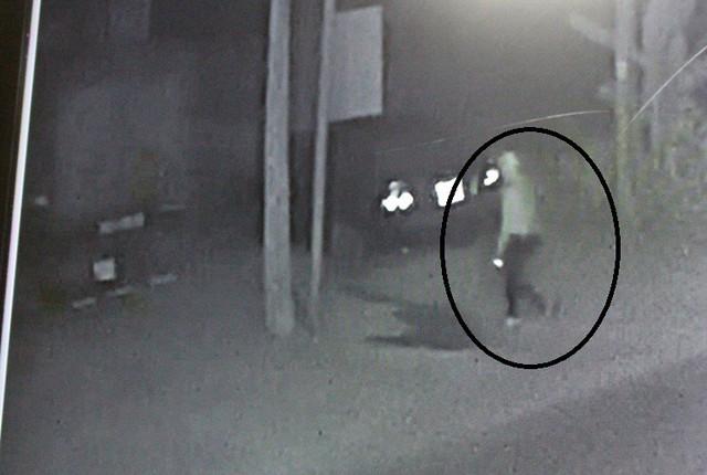 Hình ảnh đối tượng nam thanh niên đốt xe ô tô tải được camera ghi lại. Ảnh: Đ.Tùy