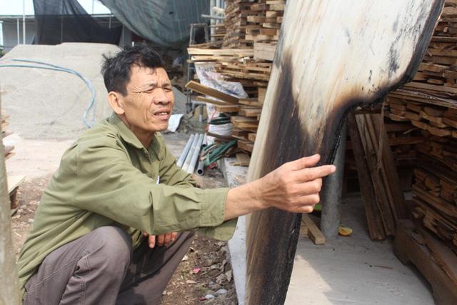 Nhiều mảnh gỗ bị cháy xém từ vụ đốt trộm trước vẫn được gia đình nạn nhân giữ lại. Ảnh: Đ.Tùy