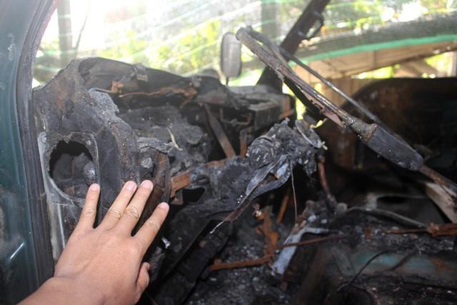 Toàn bộ phía trong ca bin chiếc ô tô tải của gia đình anh Mạnh bị ngọn lửa thiêu rụi. Ảnh: Đ.Tùy