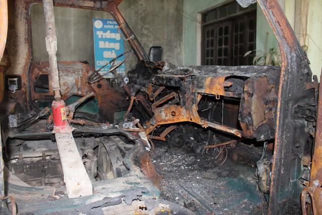 Ngoài cháy toàn bộ ca bin, khoảng 5 khối gỗ ván ép trên ô tô bị cháy xém. Ảnh: Đ.Tùy