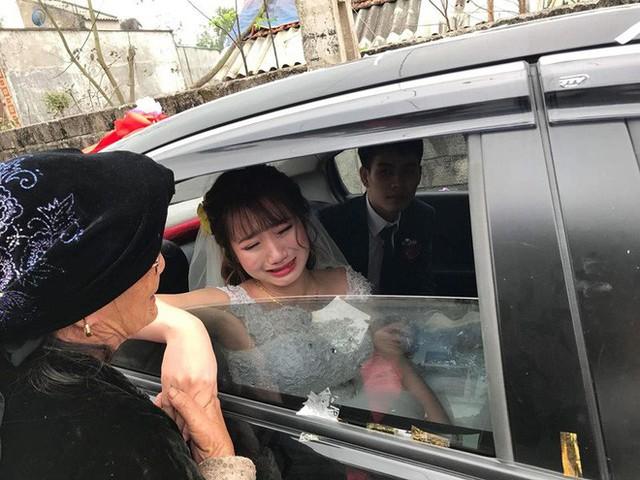 Hình ảnh cô dâu trẻ ngắn dài nước mắt ngày lấy chồng xa khiến nhiều người nghẹn ngào