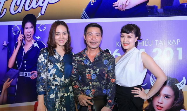 Công Lý và bạn gái chụp ảnh cùng nghệ sĩ Vân Dung. Ở chương trình Táo quân, Công Lý và Vân Dung là 2 trong nhiều nghệ sĩ được khán giả yêu mến.
