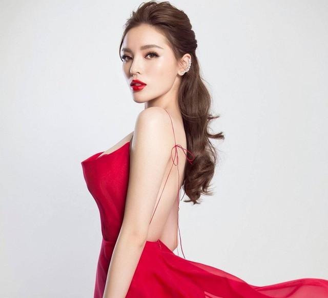 Hoa hậu Việt Nam 2014 với gương mặt tròn phúc hậu giờ xuất hiện với chuẩn V-line. Nhiều ý kiến so sánh cô với Bảo Thy khi hai người ngày càng giống nhau về ngoại hình.