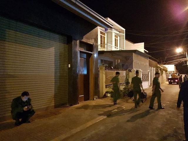 Người đàn ông chết trong tư thế treo cổ ở tầng 2 ngôi nhà khóa chặt cửa