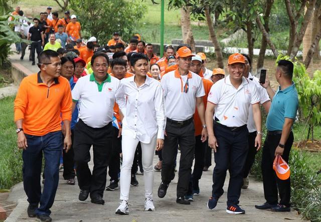 HHen Niê ăn mặc giản dị cùng đoàn đua xe đạp tranh giải Cúp truyền hình TP HCM lần thứ 30 đến thăm làng trẻ em S.O.S tại Huế.