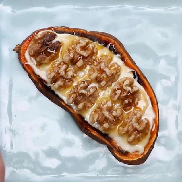 Khoai lang việt quất   Bơ hạnh nhân khá phổ biến trong bữa sáng kiểu Tây vì giàu dinh dưỡng lại dễ ăn. Nếu sợ ngán, bạn có thể kết hợp với việt quất và lựu - hai loại quả tốt cho da lại có vị ngọt thanh dễ ăn, tốt cho dạ dày vào buổi sáng.     Theo Ngôi sao
