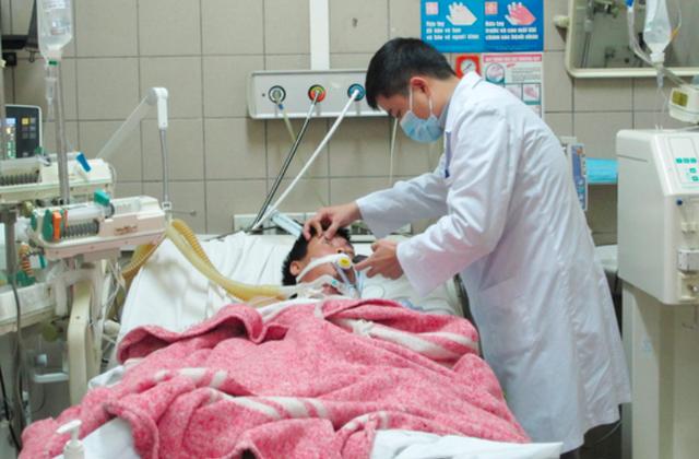 Một ca ngộ độc rượu cấp cứu tại Trung tâm Chống độc, Bệnh viện Bạch Mai. Ảnh: TL
