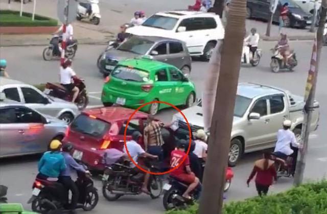 Tài xế xe bán tải mặc áo sọc màu đỏ, sau khi đi vào đường ngược chiều xuống xe còn đòi ăn thua với tài xế xe ô tô màu đỏ ...