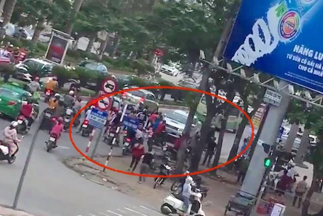 Vụ tai nạn xảy ra vào giờ cao điểm nên rất nhiều người kéo đến xem và bức xúc đòi xử lý tài xế xe bán tải này.