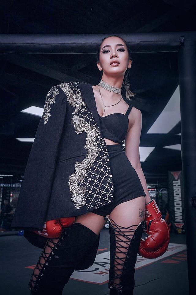 Phạm Lịch có vẻ ngoài gợi cảm, cá tính. Cô thường xuyên xuất hiện với những trang phục khoe đường cong nóng bỏng.