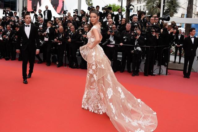 """Lý Nhã Kỳ diện bộ váy vô cùng độc đáo của NTK Hoàng Hải. Thiết kế này dựa trên ý tưởng """"khu rừng huyền bí"""""""