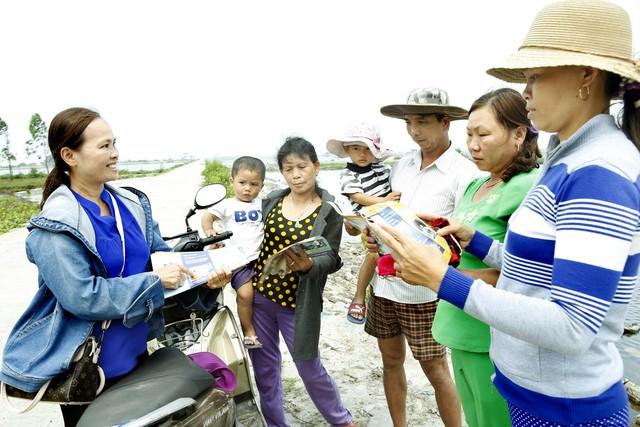 Cán bộ dân số tuyên truyền tư vấn, cung cấp dịch vụ y tế - KHHGĐ tại khu vực đầm phá Tam Giang (Thừa Thiên Huế). Ảnh: Dương Ngọc