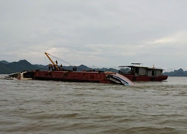 Tàu hơn 1.000 tấn bị giông lốc đánh chìm, 3 thuyền viên thoát chết