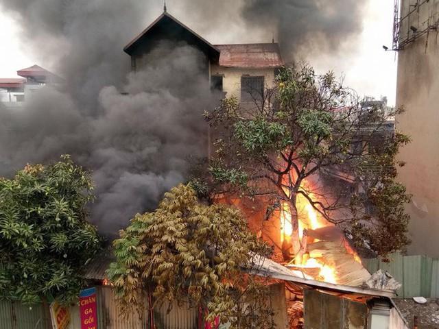 Thông tin mới nhất vụ cháy lớn ngôi nhà 3 tầng dưới chân cầu Vĩnh Tuy