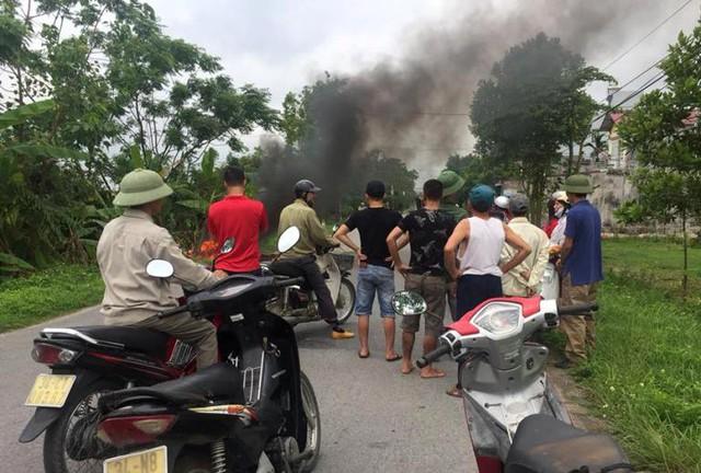 Nhiều người dân theo dõi vụ việc. Ảnh: Nguyễn Thị Phượng
