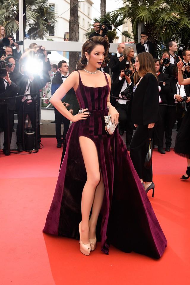 Thiết kế hai dây cộng thêm phần tà xẻ cao của bộ váy tôn vinh vẻ đẹp gợi cảm của Lý Nhã Kỳ