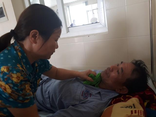 Bà Hợp bị ung thư đại tràng vẫn phải chăm chồng ung thư phổi tại Bệnh viện. Ảnh: P.T