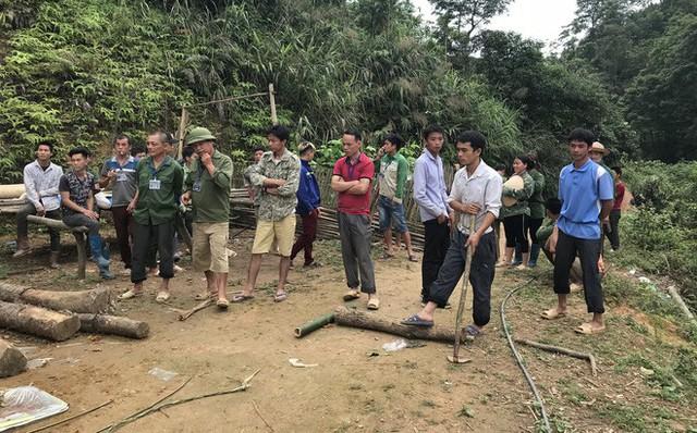 Các đoàn thể cùng bà con hàng xóm trong khu vực giúp gia đình chị Triệu Thị Coi thu dọn nhà cửa.