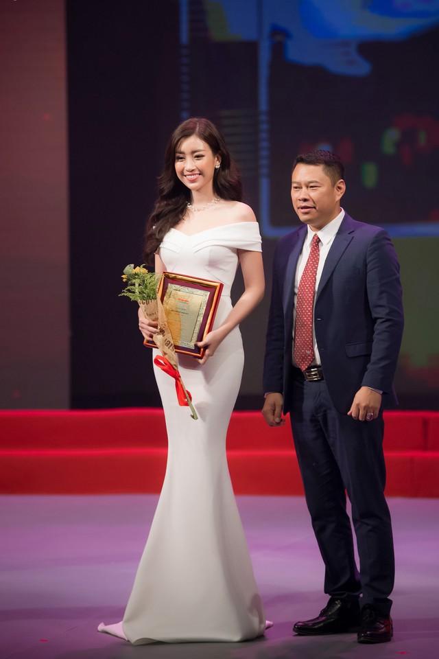Đỗ Mỹ Linh nhận giải thưởng cho những hoạt động nhân ái