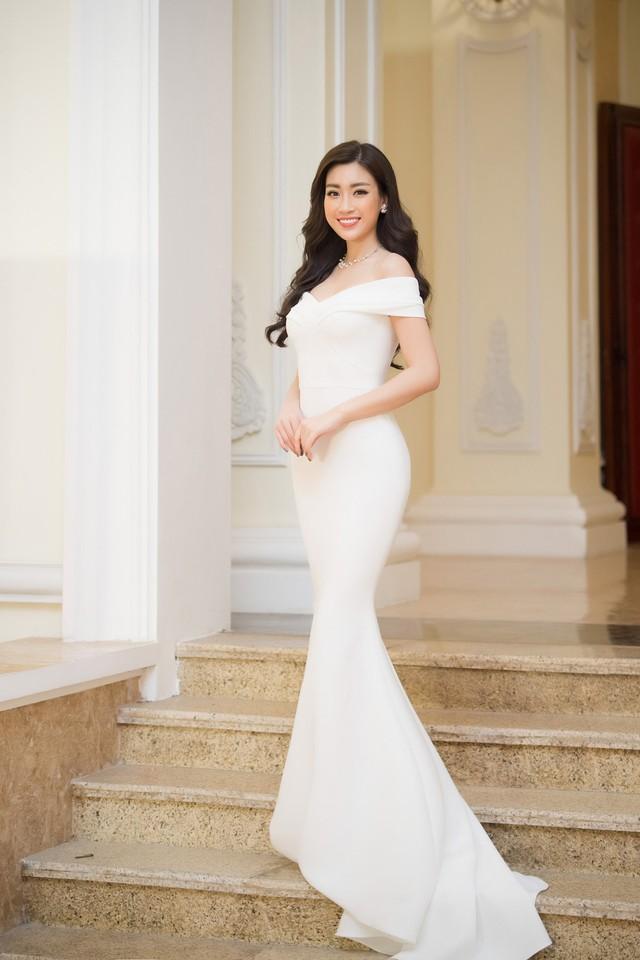 Thiết kế của Lê Thanh Hòa giúp cô khoe được vẻ trẻ trung, thanh lịch