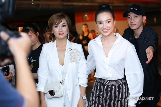 Nhã Phương đi cùng chị gái đến xem show thời trang do hoa hậu Phạm Hương tổ chức ở TP HCM, tối 11/5.