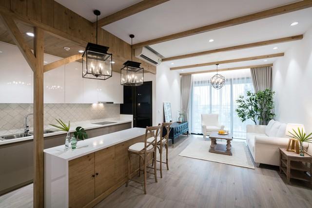 Khi làm nội thất cho căn chung cư 100 m2, gia chủ ở quận 2 (TP HCM) muốn nơi ở của mình gợi nhớ phong cách kiến trúc đồng quê của Mỹ. Anh chị cũng đưa ra yêu cầu nhà thoáng mát, rộng rãi với màu sắc tươi sáng.