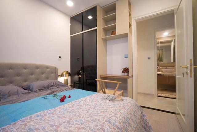 Nhà có diện tích vừa phải với hai phòng ngủ, hai WC nên các khu vực có diện tích hẹp. Dù vậy, người thiết kế vẫn đảm bảo được đầy đủ các tiện ích như bàn làm việc, góc trang điểm...