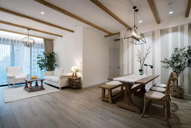 Vì thời tiết ở Sài Gòn nóng quanh năm nên nhà thiết kế Lại Chính Trực (Red5 Studio) đưa thêm các chi tiết để nhà có cảm giác hiện đại, nhẹ nhàng hơn.