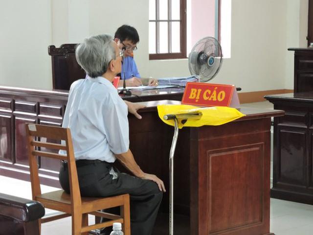 Do tuổi cao nên bị cáo được ngồi để tham gia phiên xử