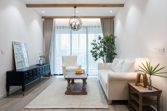 Vật liệu chính của nhà là tường sơn trắng, gỗ được xử lý từ màu trắng tới các màu mộc mạc. Đồ vải có màu kem, be... khiến căn nhà sáng thoáng và thanh lịch.