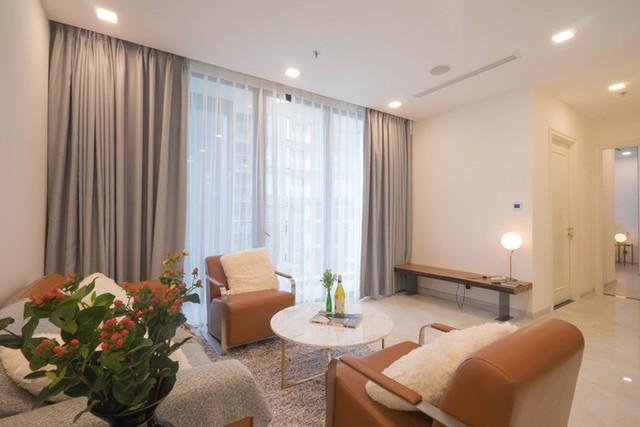 Các loại nội thất rời được đặt đóng và mua mới có tông màu, kiểu dáng phù hợp với những thứ có sẵn. Trên nền màu sáng của căn nhà, kiến trúc sư lựa chọn bàn ghế tông màu nâu để đem lại cảm giác ấm áp, gần gũi cho người chủ hay phải đi xa.