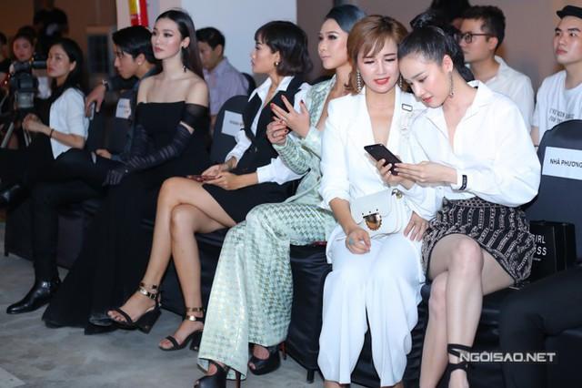 Nhã Phương rôm rả trò chuyện, chụp ảnh cùng chị gái, tỏ ra không quan tâm đến sự hiện diện của Khánh My.