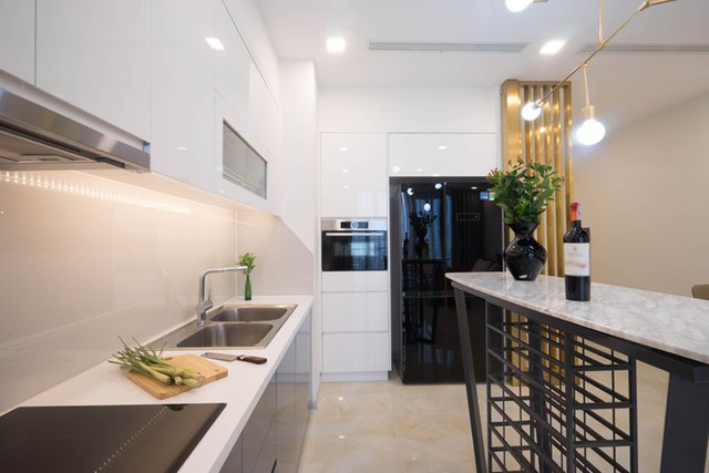 Quầy bar nhỏ được bố trí để làm chỗ ngồi uống rượu, ăn sáng của gia chủ. Một số chi tiết có màu đồng đem lại sự sang trọng cho căn hộ.